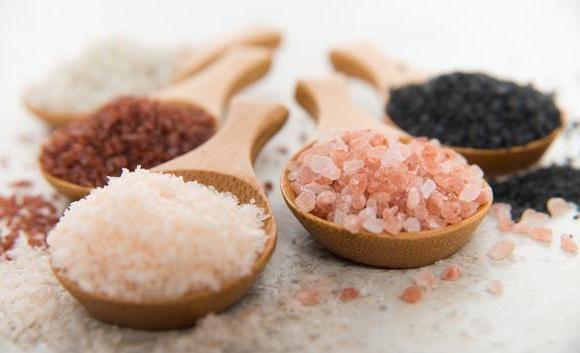 В деревянных ложках различные виды соли