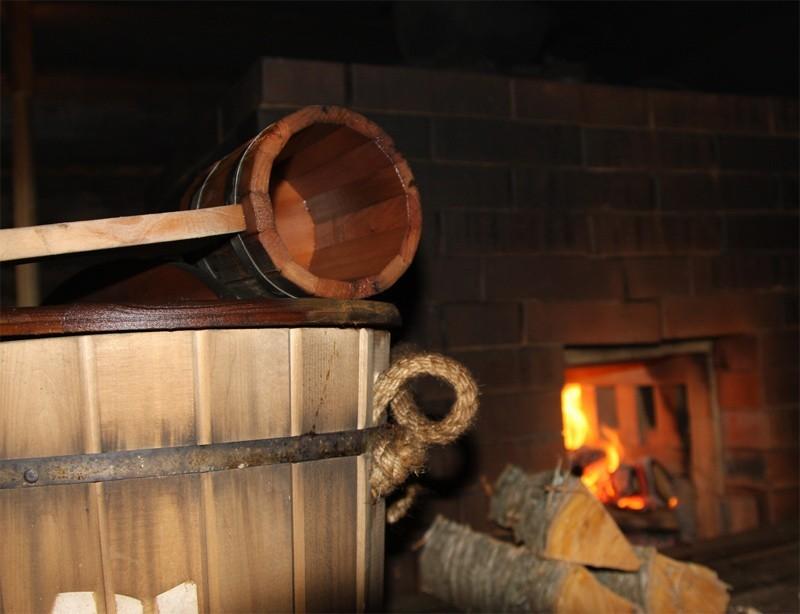 Горят дрова в бане