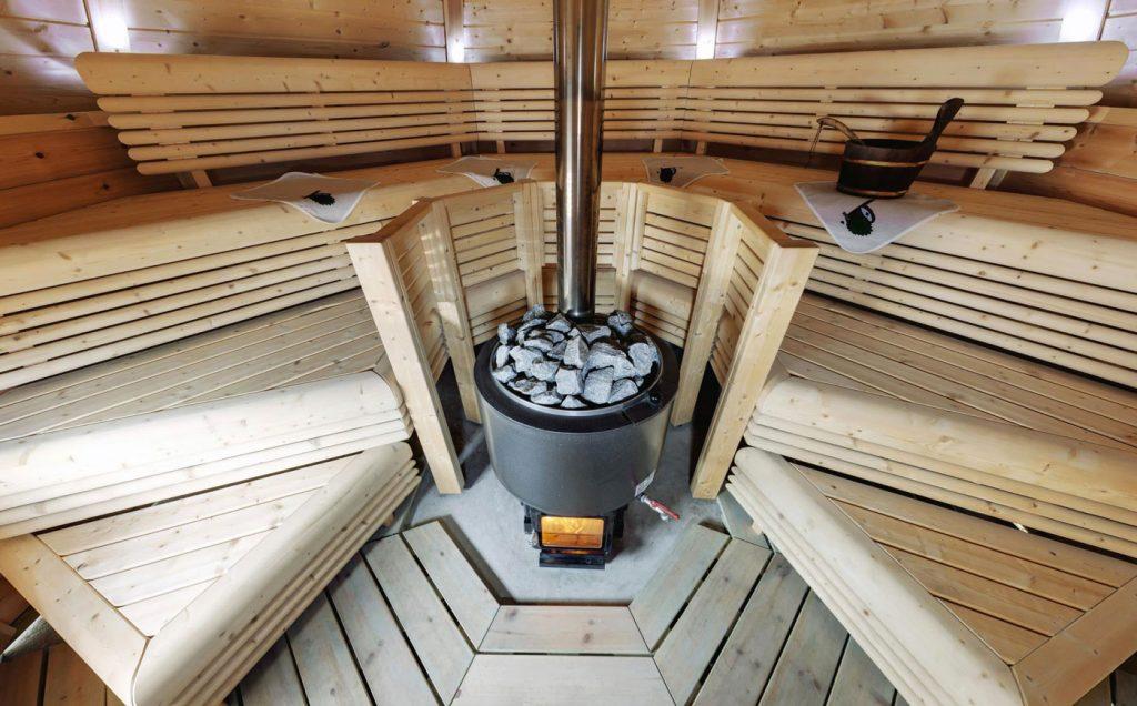 Установленная печка в сауне
