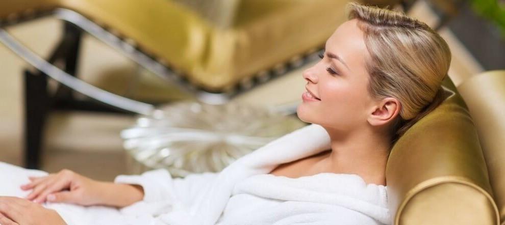 Девушка в белом халате в зоне отдыха
