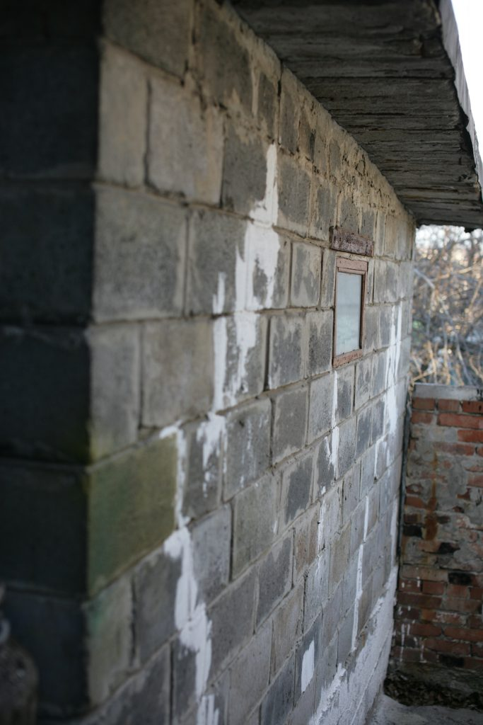 Стена из старого шлакоблока