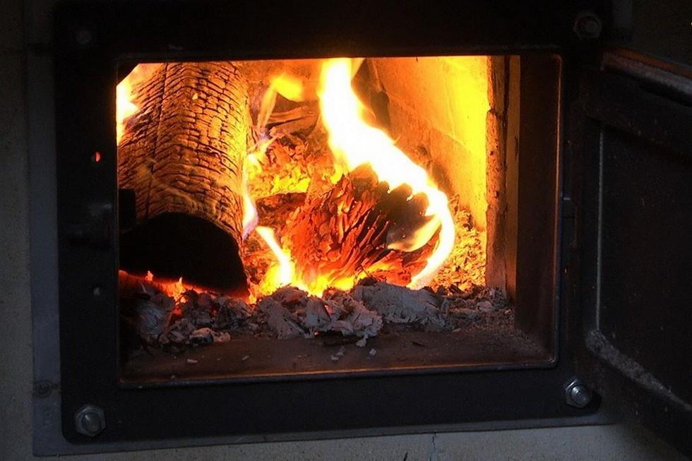 Горит огонь в печи